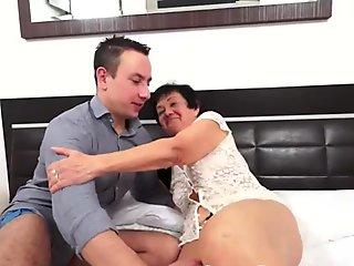 LATINA SHEMALE GIVES A FACEFUCK TO HER CUSTOMER AND GETS A RIMJOB (Roberta