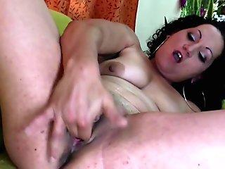 first-timer mature mom pleasuring her beaver